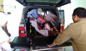 Darsono yang lemah dipindahkan dari ambulans ke amben besi saat tiba di depan IGD RSUD dr. Soehadi Prijonegoro Sragen, Rabu (7/2/2018). (Tri Rahayu/JIBI/Solopos)
