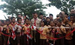 Puluhan anak SD bersama Bupati Sragen Kusdinar Untung Yuni Sukowati meresmikan jalan baru Pucang-Puskesmas Sambungmacan, Kamis (8/2/2018). (Tri Rahayu/JIBI/Solopos)