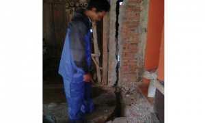 Warga Dusun Belang RT 003/RW 013, Temboro, Karangtengah, Wonogiri menunjukkan kerusakan rumah akibat tanah bergerak, Kamis (8/2/2018). (Istimewa/BPBD Wonogiri)