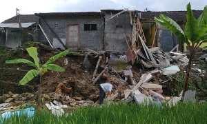 Pekerja menyingkirkan puing-puing bangunan di Perumahan Citra Jaya 5 Dusun Jatibedug, Purworejo, Wonogiri, yang longsor, Jumat (9/2/2018). (Rudi Hartono/JIBI/Solopos)