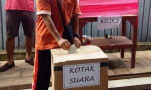 Seorang warga memasukkan kerta suara ke bilik suara saat dilangsungkan pemungutan suara Pemilihan Ketua Pemuda Karang Taruna Bina Remaja, Dukuh Toriyo, Minggu (11/2/2018). (Istimewa)