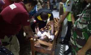 Aparat kepolisian bersama TNI menyaksikan pemeriksaan jenazah lansia oleh tim medis di Sragen, Selasa (13/2/2018) sore. (Istimewa/Kasi Trantib Kecamatan Kalijambe/Agus Subagyo)