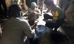 Anggota Polres Karanganyar memberikan bantuan berupa sembako kepada warga Dusun Soko, Desa Kalijirak, Tasikmadu, Sulasmi, 60, pada Rabu (14/2/2018). (Sri Sumi Handayani/JIBI/Solopos)