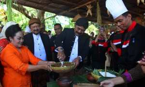 Wali Kota Solo, F.X. Hadi Rudyatmo memeras santan di acara Semarak Jenang Sala 2018 , Sabtu (17/2/2018). (M. Ferri Setiawan/JIBI/Solopos)