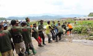 Sukarelawan menarik eceng gondok di Rawa Jombor, Desa Krakitan, Bayat, Minggu (18/2/2018). (Taufiq Sidik Prakoso/JIBI/Solopos)