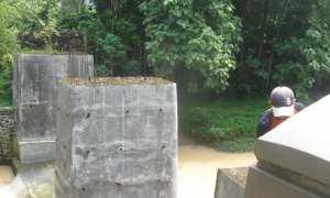 Pekerja menyelesaikan pembangunan tembok Jembatan Banjaran, Desa Karangmojo, Weru. (Trianto Hery Suryono/JIBI/Solopos)