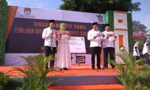 Dua pasangan calon bupati dan wakil bupati Karanganyar saat kampanye dan deklarasi damai, Minggu (18/2/2018). (Istimewa)