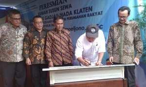 Menteri PUPR, Mochamad Basoeki Hadimuljono, menandatangani prasasti peresmian Rusunawa di Bayat, Sabtu (17/2/2018). (Cahyadi Kurniawan/JIBI/Solopos)