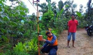 Petugas mengecek early warning system (EWS) di Galih, Sumber, Purwantoro, Wonogiri. (Istimewa/BPBD Wonogiri)