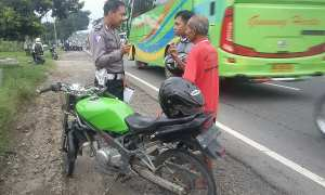 Polisi menyelidiki kasus kecelakaan lalu lintas di pinggir jalan Solo-Sragen, Sidoharjo, Senin (19/2/2018). (Istimewa/Paryanto)