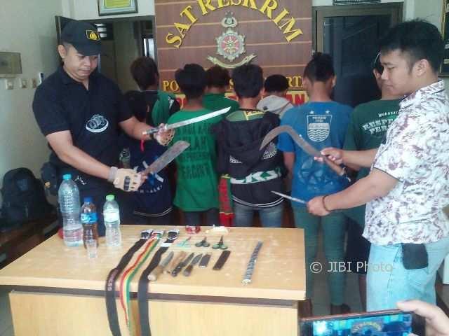 Anggota Polresta Surakarta menunjukan senjata tajam yang dibawa 11 bonek yang ditangkap di sekitar Stadion Manahan Solo, Sabtu (3/2/2018) sekitar pukul 04.00 WIB. (Arif Fajar/JIBI/SOLOPOS)