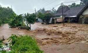Air bah melintas di Hadiwarno, Mejobo, Kudus, Jateng. (Facebook.com-Blqis Naira)