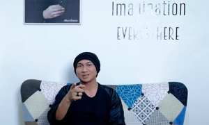 Anji Manji saat me-review film DIlan 1990 (Youtube)