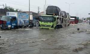 Banjir merendam jalur Semarang-Demak, Genuk, Kota Semarang, Jateng, Senin (5/2/2018). (Facebook.com-?Nanung Lanangejagat)