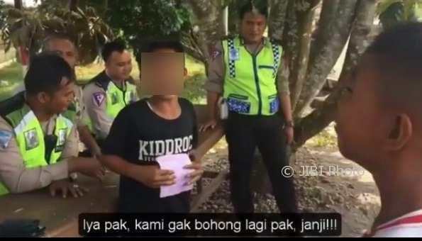 Bocah laki-laki menangis tersedu-sedu saat ditilang polisi (Instagram)