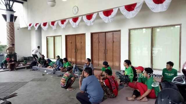 Rombongan Bonek beristirahat di kompleks Stadion Manahan Solo, Jumat (2/2/2018), menanti laga antara Persebaya Surabaya melawan PSMS Medan Sabtu (3/2/2018). (Khodiq Duhri/JIBI/Solopos)