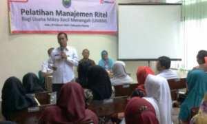Bupati Batang, Wihaji, berdialog dengan peserta pelatihan UMKM yang digelar dengan dukungan PT Sumber Alfaria Trijaya Tbk. (Alfamart) di Batang, Jateng, Rabu (7/2/2018). (JIBI/Solopos/Antara/Kutnadi)