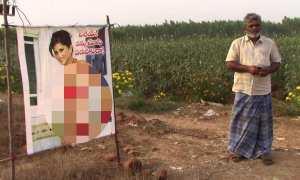 Chenchu Reddy berfoto di samping poster Sunny Leone (Hindustan Times)