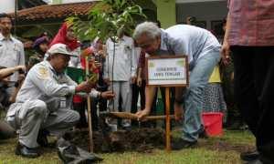 Gubernur Jateng, Ganjar Pranowo menanam pohon secara simbolis saat acara Go Green Campus di IAIN Surakarta, Kartasura, Sukoharjo, Sabtu (10/2/2018). (M. Ferri Setiawan/JIBI/Solopos)
