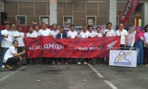 Puluhan karyawan PT Pos Indonesia Cabang Solo berfoto dengan tim Honda Astra Motor Jateng seusai pelathan Honda Safety Riding. (Istimewa)