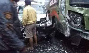 Kondisi mobil pikap dan bus Langsung Jaya jurusan Tawangmangu-Solo setelah bertabrakan di Jalan Raya Tawangmangu, Karanganyar, Rabu (14/2/2018) pagi. (Istimewa)