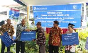 Bupati Sleman Sri Purnomo menerima plakat diresmikannya klaster pemberdayaan ekonomi masyarakat dari Program Sosial Bank Indonesia (PSBI) di Pusat Pelelangan Cabai Wedodomartani, Ngemplak, Kamis (22/2/2018). (Harian Jogja/Abdul Hamid Razak)