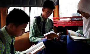 Ilustrasi perpustakaan dalam angkot. (Liputan6.com-Yandhi D.)
