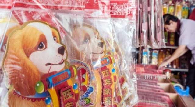 Pembeli memilih pernak-pernik khas tahun baru Imlek yang dijual di salah satu toko kawasan Pecinan Kota Semarang, Jateng, Kamis (8/2/2018). (JIBI/Solopos/Antara/Aji Styawan)