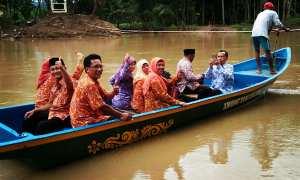 Sukri warga Jelok sedang menaiki perahu untuk menyeberang Sungai Oya. Pascajembatan Jelok Putus, penyeberangan kapal menjadi salah satu alternatif warga untuk beraktivitas. Foto diambil beberapa waktu lalu. (Istimewa)