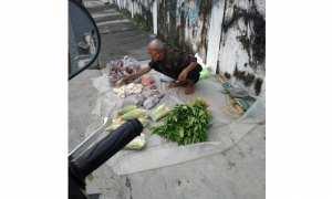 Kakek-kakek berjualan sayur dan buah di pinggir jalan (Facebook)