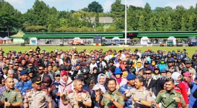 Kapolda Jateng Irjen Pol. Condro Kirono dan Pangdam IV/ Diponegoro Mayjen Wuryanto menari bersama seusai simulasi pengamanan pilkada di Lapangan Parade Makodam IV/ Diponegoro, Semarang, Jumat (9/2/2018). (JIBI/Solopos/Antara/I.C.Senjaya)