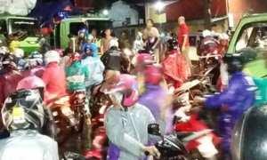 Kekacauan arus lalu lintas kawasan Mangkang, Kota Semarang, Jateng, Jumat (9/2/2018). (Facebook.com-Combong Combing)