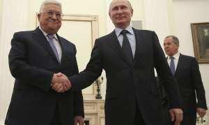 Presiden Palestina, Mahmoud Abbas (kiri), berjabat tangan dengan Presiden Rusia, Vladimir Putin (kanan), saat bertemu di Moskow, Rusia, Senin (12/2/2018). (Reuters/Maxim Shipenkov)