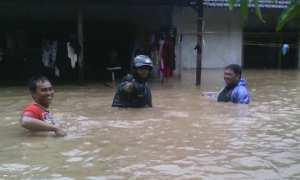 Masih ada senyum meskipun 3 kelurahan di Kecamatan Tugu, Kota Semarang, Jateng, yakni Mangkang Kulon, Mangkang Wetan, dan Mangunharjo terendam banjir. (Facbook.com-MIK Semar/Vino Azzah)