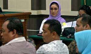 Wali kota nonaktif Tegal Siti Masitha (kiri) menjalani sidang di Pengadilan Tipikor Semarang, Jateng, Rabu (14/2/2018). (JIBI/Solopos/Antara/R. Rekotomo)