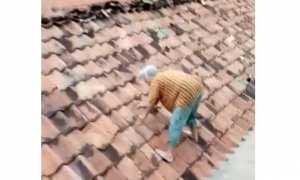 Nenek-nenek panjat genting saat banjir tenggelamkan rumahnya (Instagram)