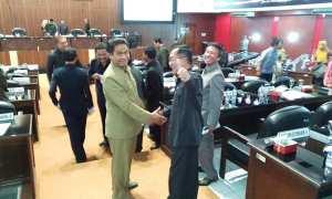 Ketua Fraksi PDIP DPRD Sragen, Suparno (berdiri salaman, kanan) menerima ucapan selamat dari para koleganya di parlemen seusai ditetapkan sebagai Ketua FPDIP, Selasa (13/2/2018). (Kurniawan/JIBI/SOLOPOS)