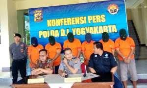 Direktur Reserse Kriminal Khusus (Dirreskrimsus) Polda DIY, Kombes Pol Hadi Utomo (kiri) memberikan keterangan kepada wartawan saat jumpa pers di Polda DIY, Jumat (23/2/2018). (Irwan A. Syambudi/JIBI/Harian Jogja)