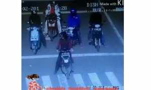 Pengendara sepeda motor nekat terobos lampu merah meski sudah diingatkan petugas (Instagram)