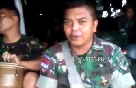 Pria TNI AD menyanyikan lagu unik (Facebook)