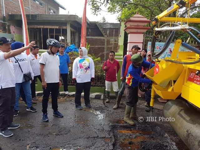 Bupati, Wakil Bupati, dan para pejabat di lingkungan Pemkab Sragen menyaksikan uji coba pengoperasian RMT di jalan kabupaten yang terletak di Desa Tangkil, Kecamatan Sragen Kota, Sragen, pekan lalu. (Istimewa/Kurniawan Ari Sujono/DPUPR)