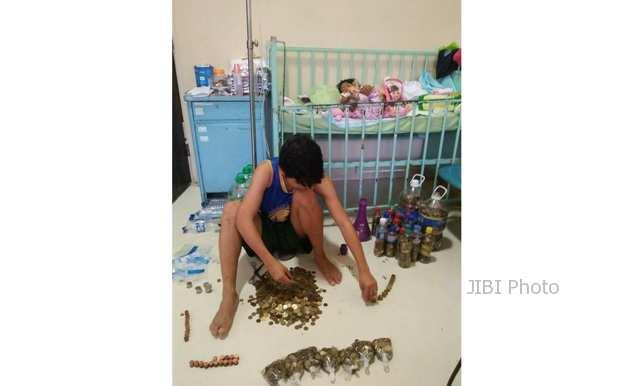 Seorang ayah menghitung uang koin untuk biaya pengobatan anaknya (Facebook)