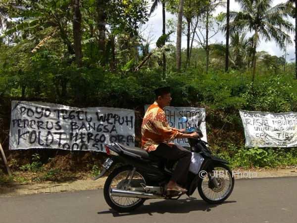 Warga Tegalsari, Purwosari, Girimulyo, Kulonprogo membentangkan spanduk protes karena tidak ada sinyal telepon seluler di wilayah ini, Rabu (7/1/2018).(Beny Prasetya/JIBI/Harian Jogja)