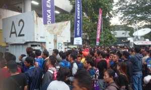 Ratusan Aremania berdesakan saat menanti loket tiket dibuka menjelang Arema FC melawan Sriwijaya FC di Stadion Manahan Solo, Minggu (4/2/2018) malam. (Chrisna Canis Cara/JIBI/Solopos)
