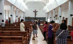 Sejumlah jemaat membersihkan Gereja Santa Lidwina, Bedog, Trihanggo, Gamping, Sleman, Senin (12/02/2018). (Harian Jogja/Desi Suryanto)