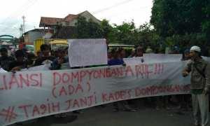 Warga menggelar aksi di depan kantor Kecamatan Jogonalan, Klaten, Kamis (15/2/2018). (Istimewa)