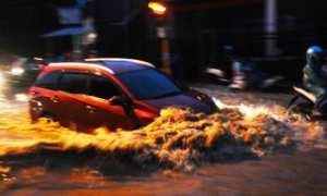 Mobil warga nekat menembus banjir di jalur jalan Kudus-Jepara Mijen, Kaliwungu, Kudus, Jateng, Senin (12/2/2018). (JIBI/Solopos/Antara/Yusuf Nugroho)