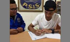 Bruno Silva (kanan) menandatangani kontrak dengan PSIS Semarang. (Instagram-@silva_bruno91)