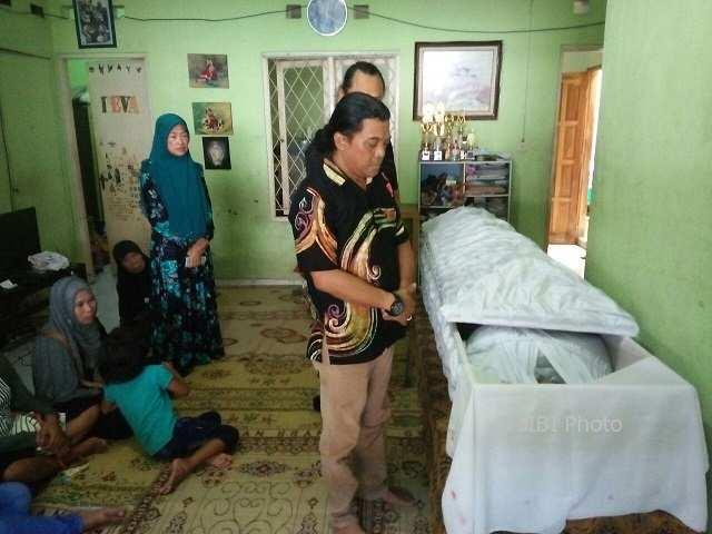 Penyanyi campursari asal Solo, Didi Kempot, mendoakan almarhum Maulana Reza Deva Pratama di Desa Gentan, Baki, Selasa (20/2/2018). (Bony Eko Wicaksono/JIBI/Solopos)