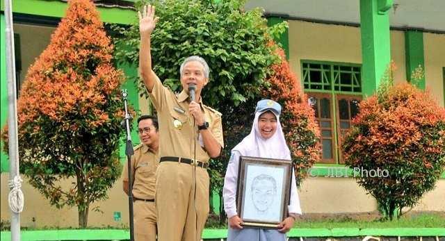 Gubernur Jateng Ganjar Pranowo (depan kiri) bersama Debi (kanan) di SMAN 9 Kota Semarang, Jateng, Senin (5/2/2018). (Instagram-@ganjar_pranowo)